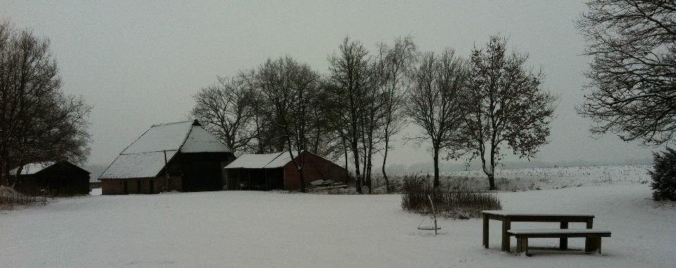 kampeeplek-achtervoren-sneeuw