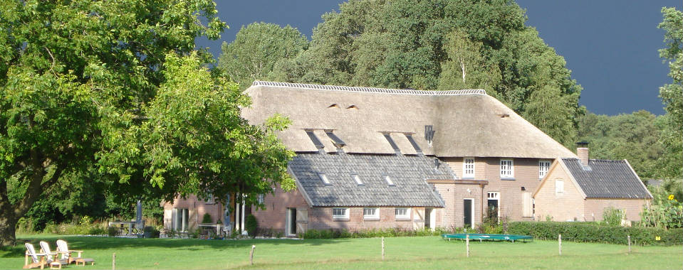 blauwe-lucht-met-achterhuis